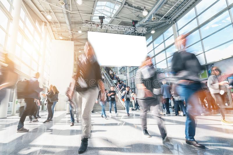 Grande foule des personnes brouillées anonymes se précipitant dans un hall moderne photographie stock libre de droits