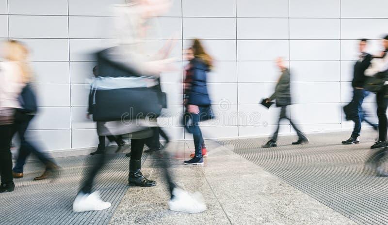 Grande foule des personnes marchant dans une entrée image libre de droits