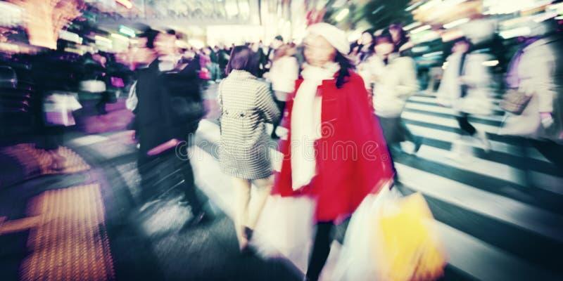 Grande foule marchant dans un concept de rue de croix de ville photographie stock libre de droits