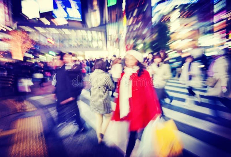 Grande foule marchant dans une ville images libres de droits