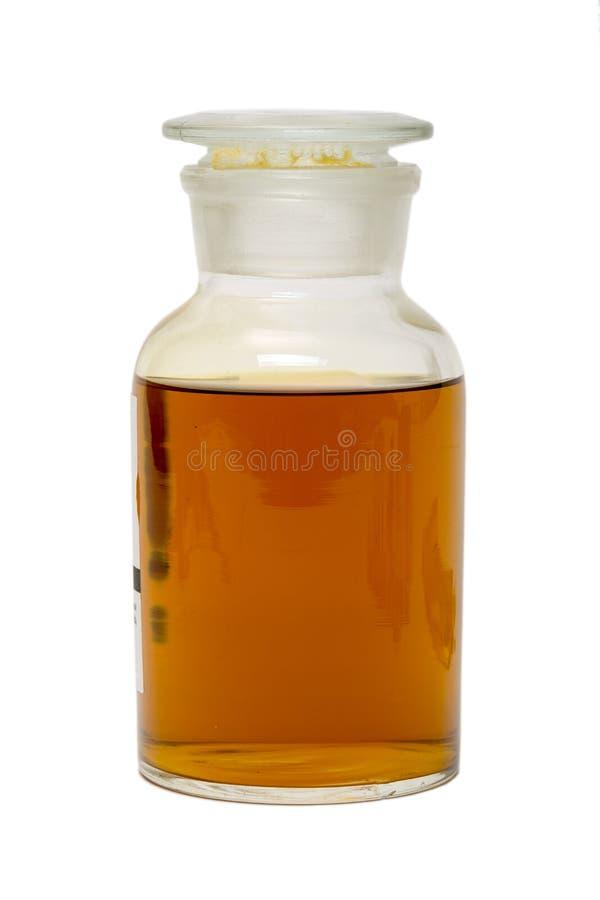 Grande frasco de vidro com uma tampa, enchida com o mel amarelo escuro fotos de stock royalty free