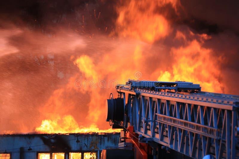 Grande fuoco in città immagine stock