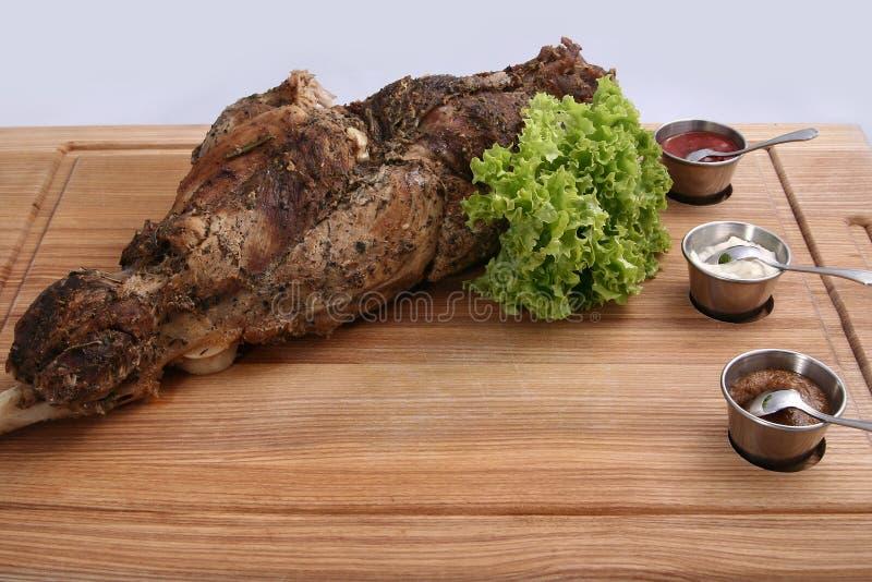 Grande gamba dell'agnello al forno deliziosa fotografia stock libera da diritti