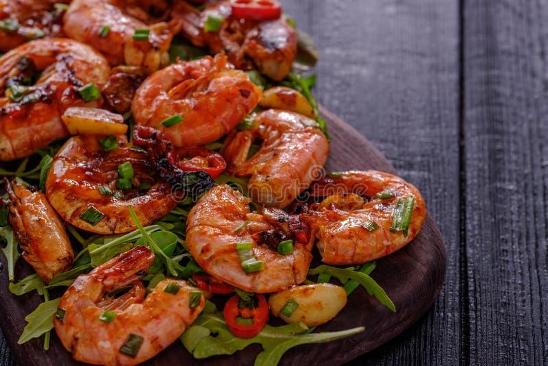 Grande gamberetto arrostito del BBQ con la salsa di peperoncino rosso dolce, la cipolla verde e fotografia stock libera da diritti