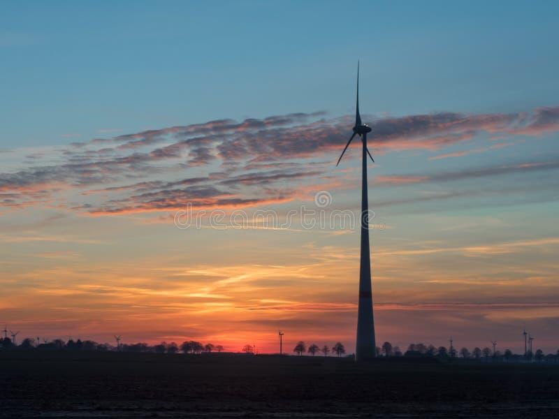 Grande generatore eolico al tramonto fotografie stock libere da diritti