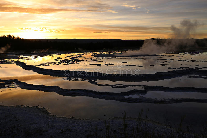Grande geyser da fonte no por do sol fotos de stock royalty free