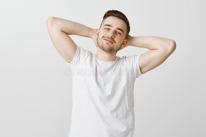 Grande giorno per prendere pelo ed essere pigro Potrait del modello maschio bello rilassato e piacevole spensierato con la barba  fotografia stock