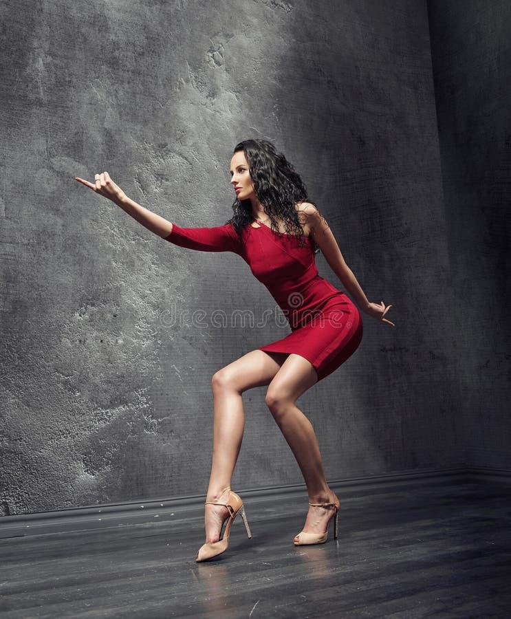 Grande giovane insegnante di flamenco durante la ripetizione fotografia stock