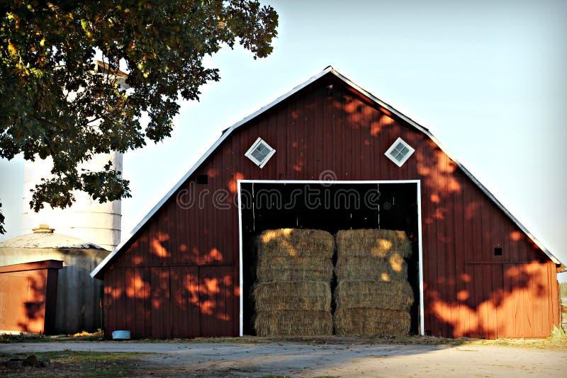 Grande grange rouge complètement de foin photos stock