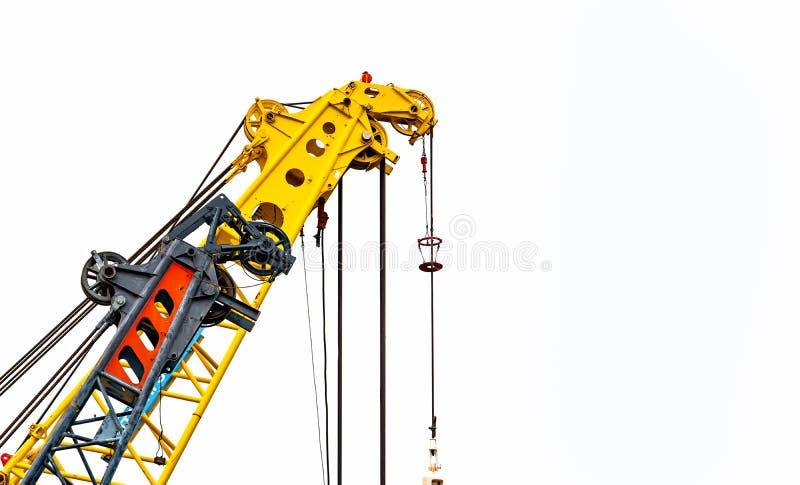 Grande gru di costruzione gialla per il sollevamento pesante isolato su fondo bianco Industria dell'edilizia gru per l'ascensore  immagini stock libere da diritti