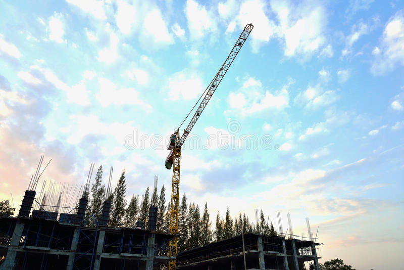 Grande grue dans le chantier de construction photographie stock