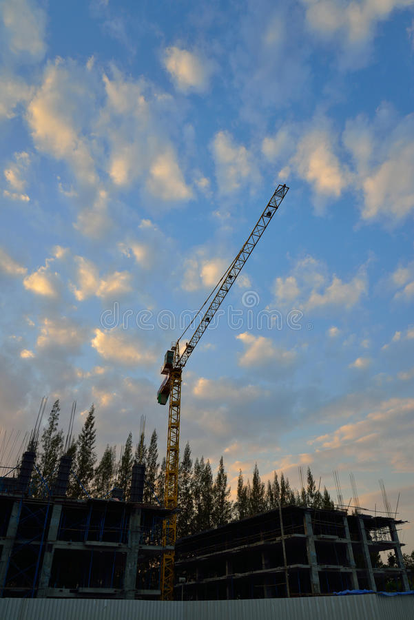 Grande grue dans le chantier de construction images stock