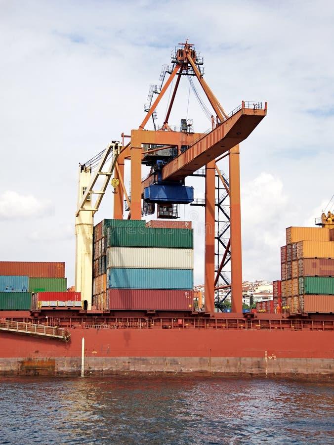 Grande grue sur le port maritime photos libres de droits