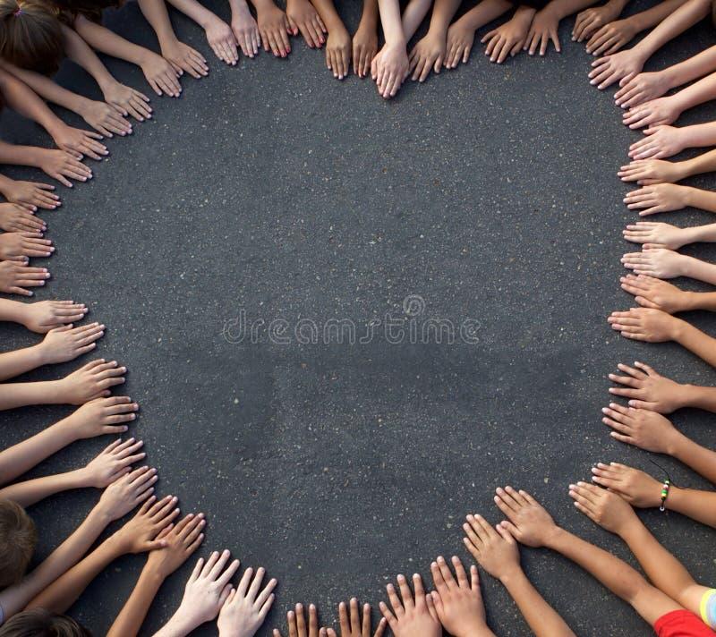 Grande grupo de Children& x27; mão de s que forma uma forma do coração fotografia de stock royalty free