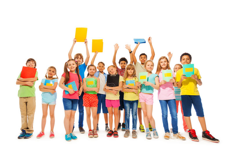 Grande grupo de criança da escola que está com cadernos foto de stock