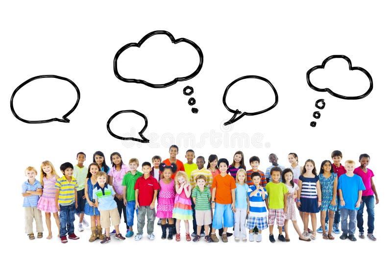 Grande grupo de crianças multi-étnicos com bolhas do discurso imagens de stock royalty free