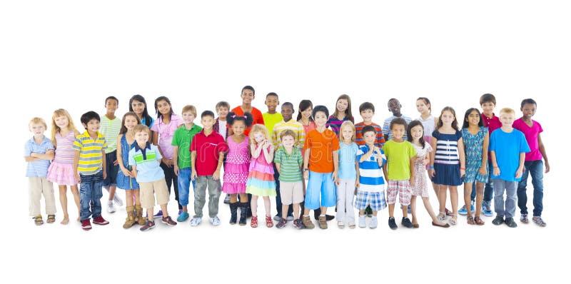 Grande grupo de crianças multi-étnicos do mundo fotografia de stock royalty free