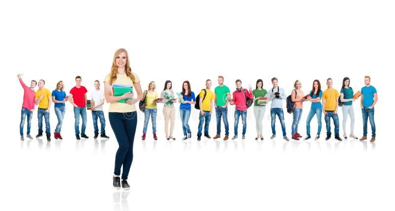 Grande grupo de estudantes adolescentes isolados no branco imagem de stock