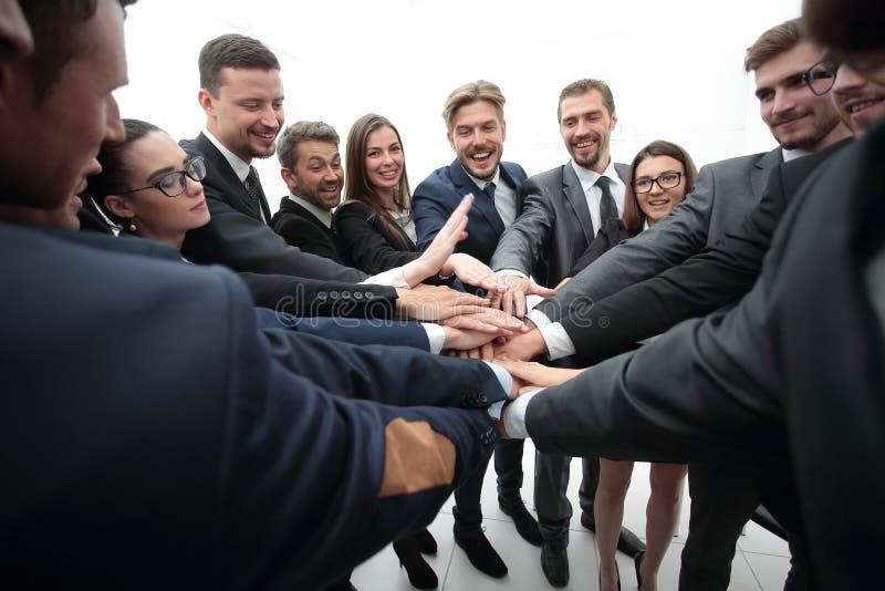 Grande grupo de executivos que estão com mãos dobradas junto imagens de stock