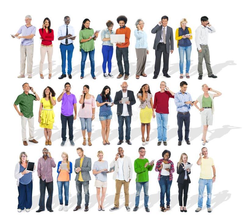 Grande grupo de povos diversos multi-étnicos que usam dispositivos fotos de stock