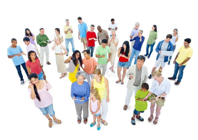Grande grupo de povos do mundo que apreciam a nova tecnologia imagens de stock royalty free