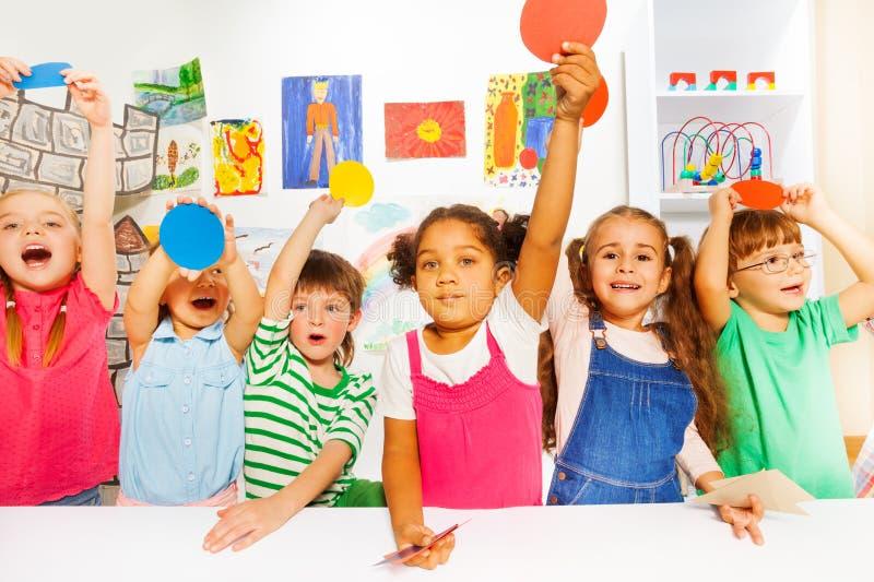 Grande grupo de tipos na classe do jardim de infância imagem de stock royalty free