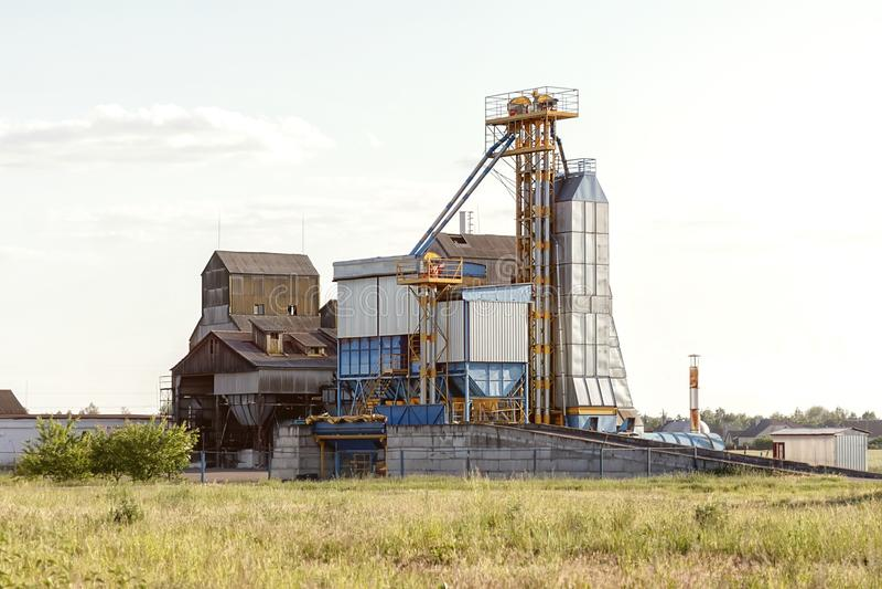 Grande gruppo di essiccatori di grano complessi per grano di secchezza Silo di grano moderno fotografia stock