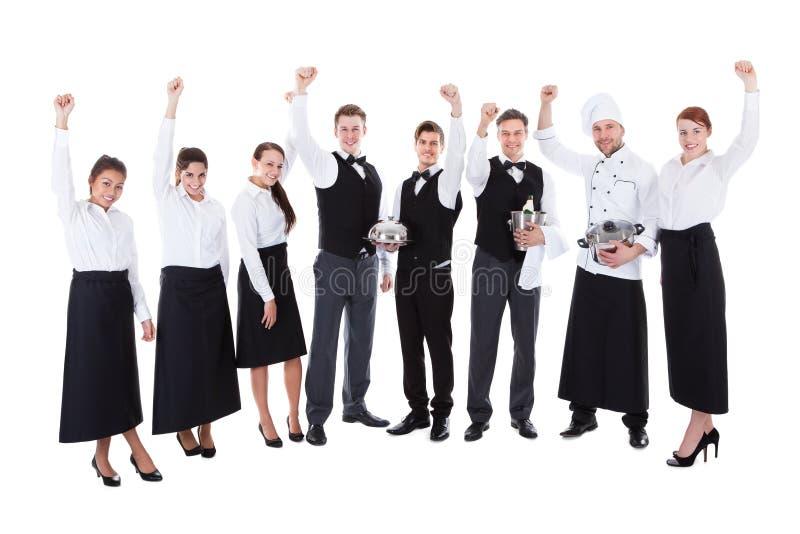 Grande gruppo di incoraggiare delle cameriere di bar e dei camerieri fotografie stock libere da diritti