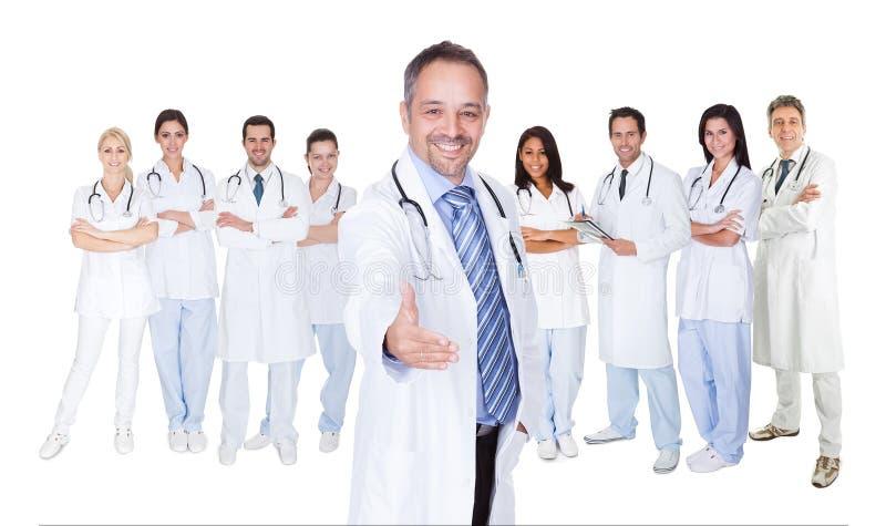 Grande gruppo di medici e di infermieri fotografia stock libera da diritti