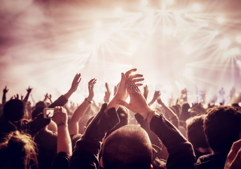 Grande gruppo di persone che godono del concerto immagine stock