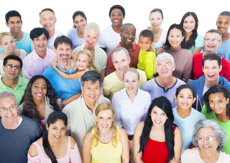 Grande gruppo di persone sorridere immagini stock