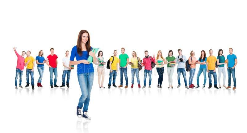 Grande gruppo di studenti adolescenti isolati su bianco fotografia stock