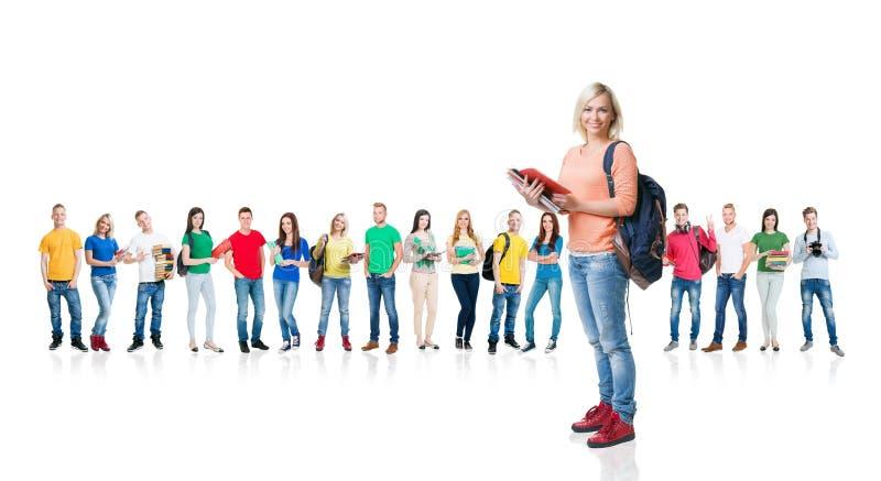 Grande gruppo di studenti adolescenti su bianco fotografia stock