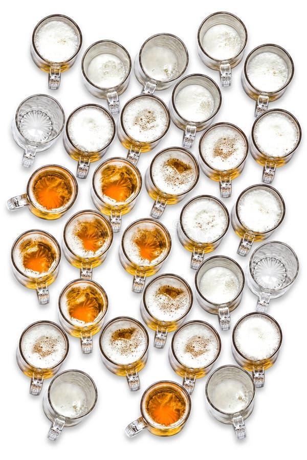 Grande gruppo di vetri di birra veduti dalla cima fotografia stock libera da diritti