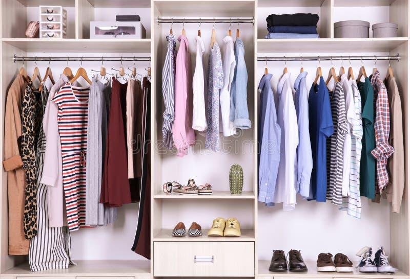 Grande guardaroba con differenti vestiti immagine stock