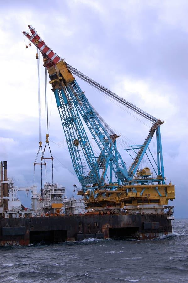 Grande guindaste pesado do elevador na operação no Mar do Norte. imagem de stock
