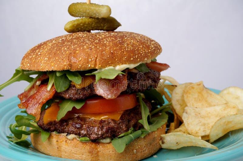 Grande hamburguer do bacon e do queijo fotografia de stock royalty free