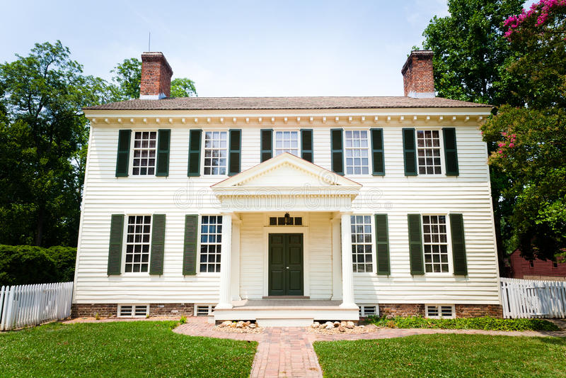 Grande HOME colonial branca do estilo imagens de stock