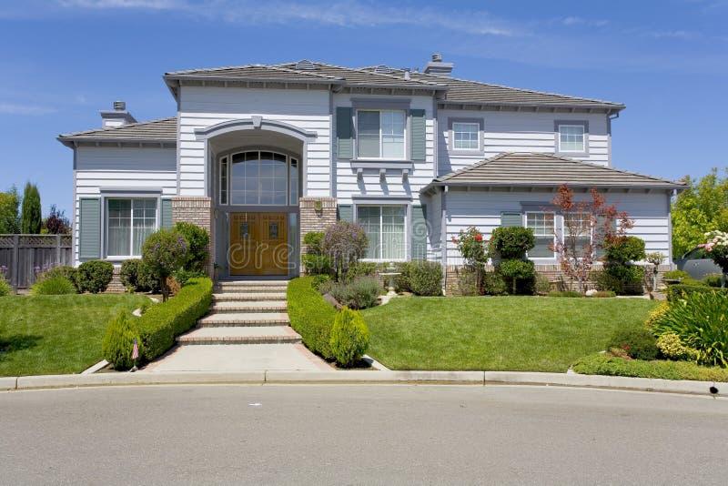 Grande HOME suburbana luxuoso para o executivo com uma família imagens de stock royalty free
