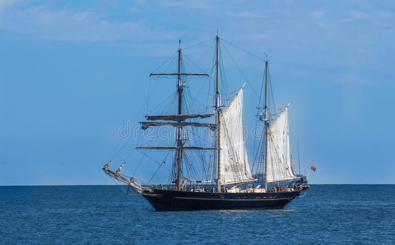 Grande iate do veleiro da escuna ancorado na baía contra o céu azul imagem de stock royalty free