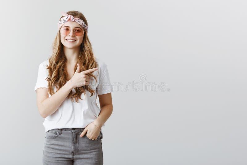Grande idée de s'arrêter par le café Tir d'intérieur de la belle fille élégante créative dans le bandeau et des lunettes de solei photo libre de droits