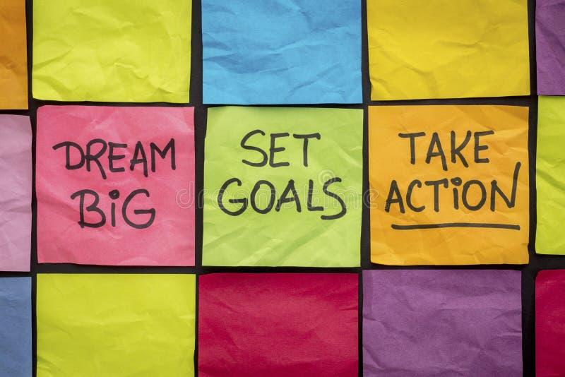 Grande ideal, ajustou objetivos, toma a ação em notas pegajosas imagens de stock royalty free
