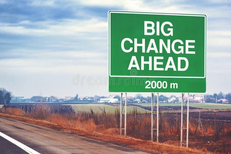 Grande image conceptuelle de changement en avant avec le panneau routier photos libres de droits