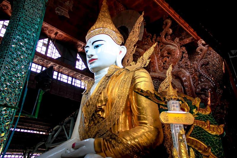 Grande immagine di Buddha nel Myanmar fotografie stock