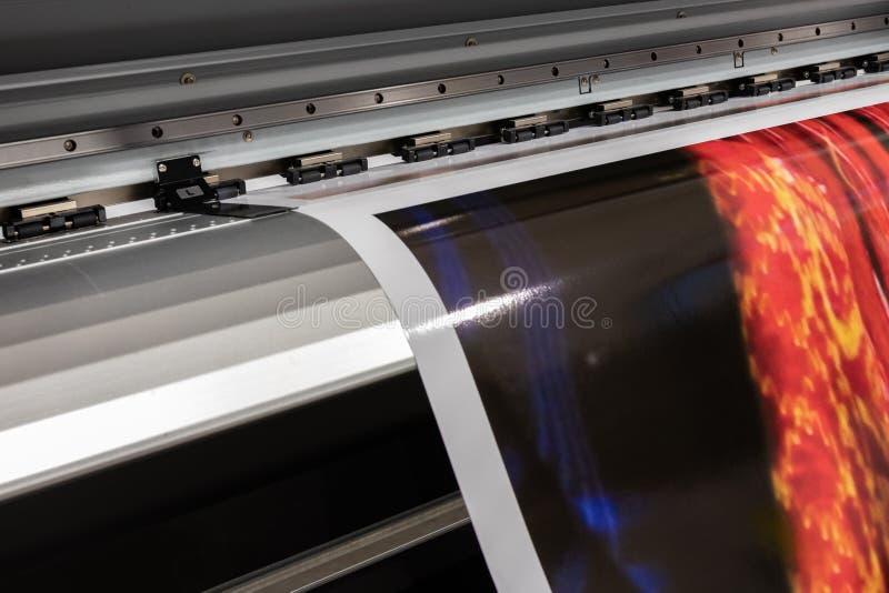 Grande imprimante professionnelle, traitant les petits pains rouges de vinyle massif photographie stock libre de droits