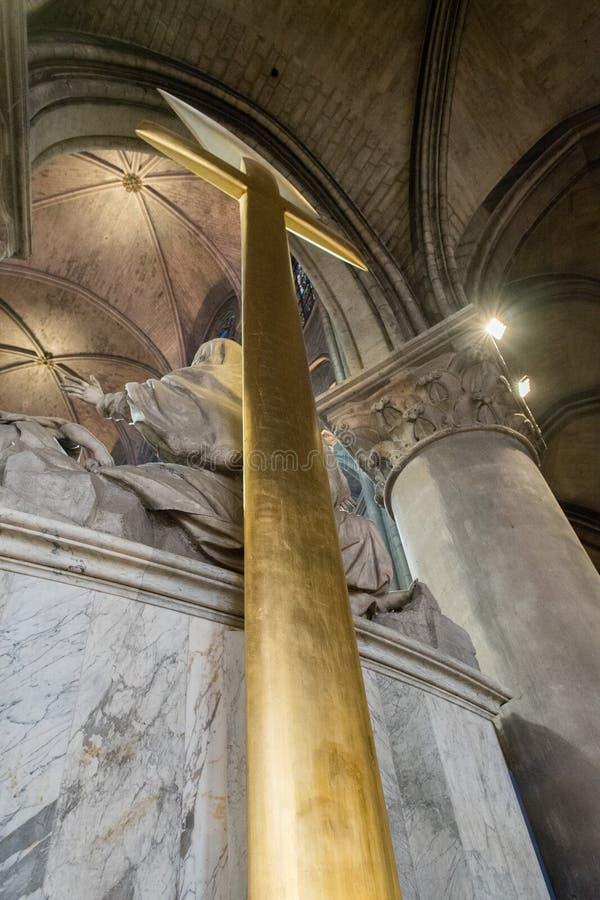 Grande incrocio dell'oro nella cattedrale Notre-Dame di Parigi fotografia stock libera da diritti