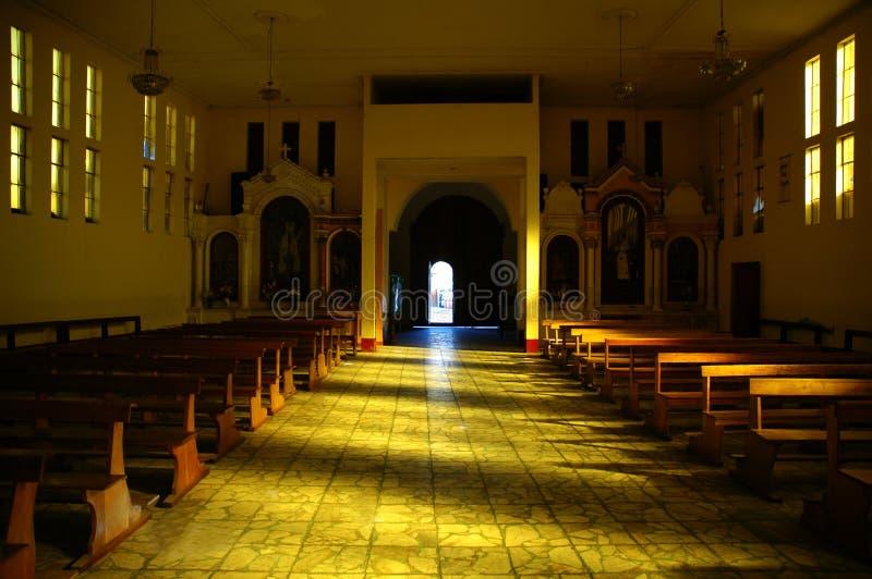 Grande indicatore luminoso nella chiesa in Huaraz Perù.   immagine stock libera da diritti
