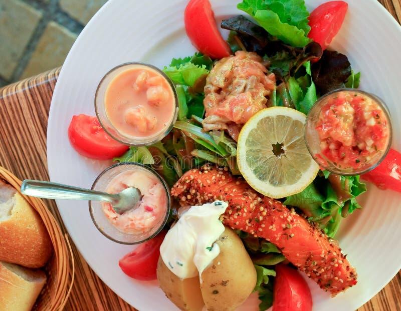 Grande insalata con i salmoni fotografia stock libera da diritti