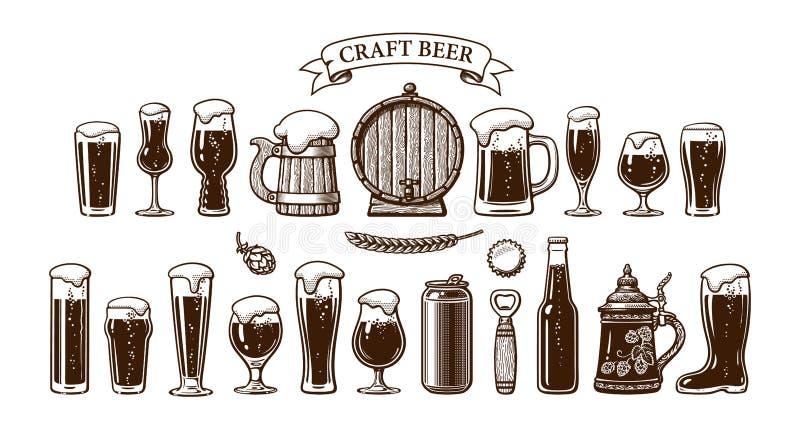 Grande insieme d'annata degli oggetti della birra Vari tipi di vetri di birra e di tazze, vecchio barilotto di legno, luppolo, bo illustrazione vettoriale