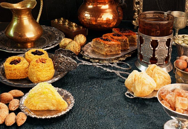 Grande insieme dei dolci orientali, arabi, turchi immagine stock